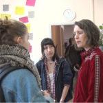 Maïwenn Abjean, la directrice de Femmes SDF en conversation avec de jeunes visiteuses. © Joël Kermabon - Place Gre'net