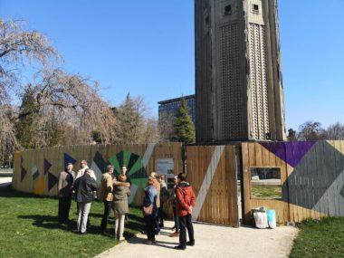 La délégation du Fond régional d'art contemporain au pied de la tour. © Joël Kermabon - Place Gre'net
