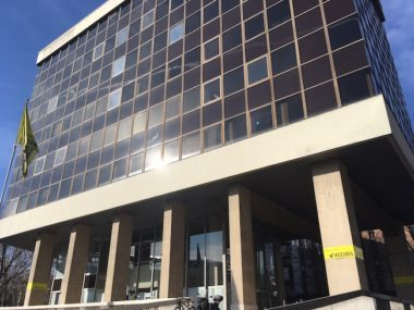 Saturé, très dégradé, le siège de l'Hôtel métropolitain de Grenoble Alpes Métropole va être rénové et agrandi. Moyennant 86 millions d'euros. Mais, exemplaire sur le plan environnemental, le projet pêche quelque peu sur le plan social... © Patricia Cerinsek