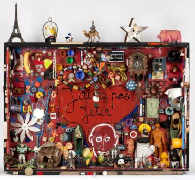 Ben Vautier, dit Ben Je n'aime pas jeter, 2015 Acrylique et objets divers sur bois 133 x 141 x 29 cm Crédit photographique : Célia Pernot © Ben Vautier © ADAGP, Paris, 2019