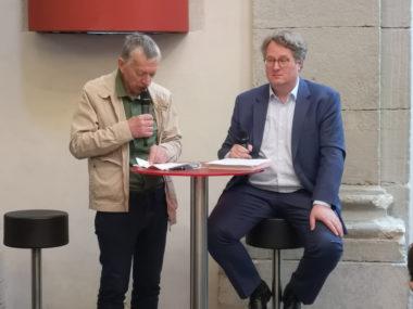 A droite : Jaco Rutgers, commissaire de l'exposition accompagné d'un traducteur. © Joël Kermabon - Place Gre'net