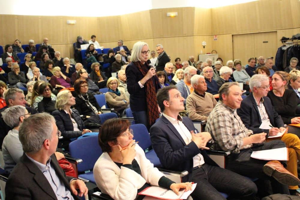 Les habitants ont pu poser des questions aux élus municipaux venus en nombre. © Jules Peyron - Place Gre'net