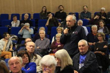 Une centaine d'habitants du centre-ville a participé à cette réunion publique organisée par l'UHCV. © Jules Peyron - Place Gre'net