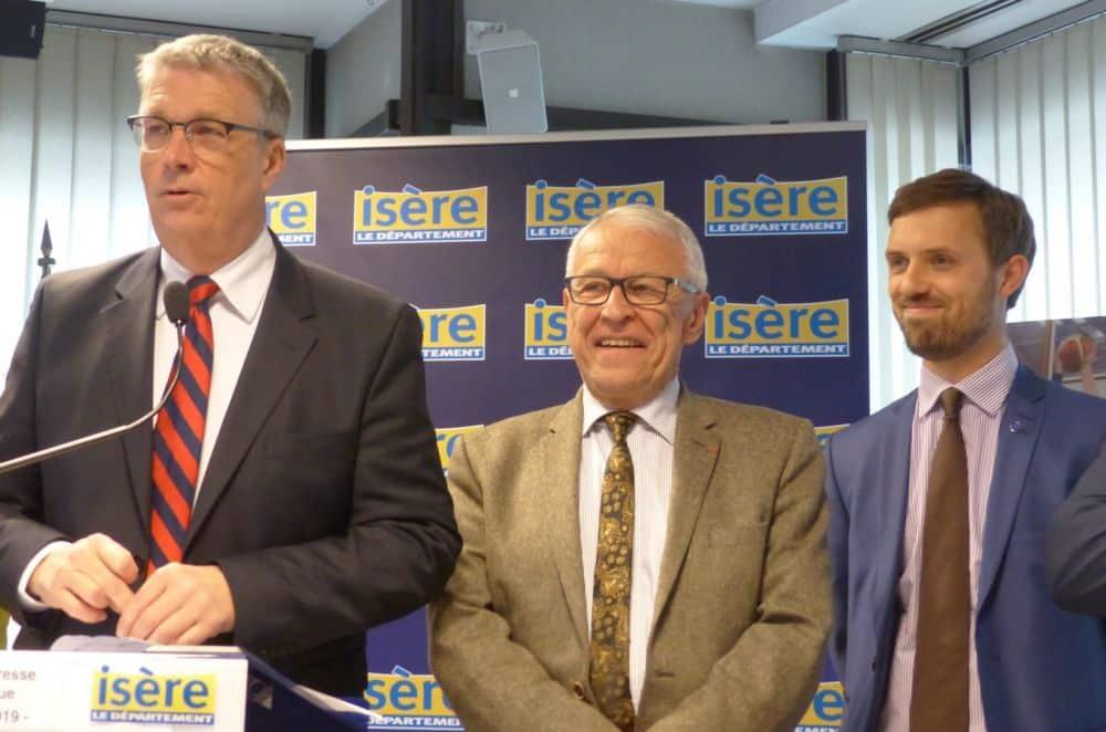 De gauche à droite : Jean-Pierre Barbier, et les vices-présidents du Département Jean-Claude Peyrin (Transports) et Julien Polat (Plan de relance). © Florent Mathieu - Place Gre'net