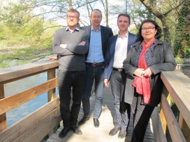 """Olivier rebuffet (à gauche), porteur du projet de la passerelle, lauréat du budget participatif 2015, avec Pascal Clouaire, Eric Piolle et Anne Saoudi, l'une des porteurs du projet """"Un pas vers l'eau""""© Séverine Cattiaux - Place Gre'net"""