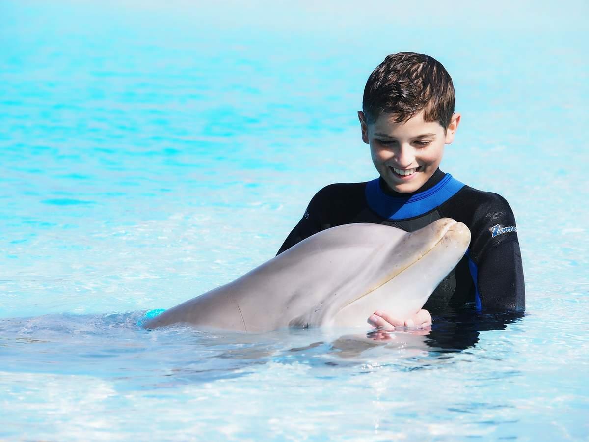 Matéo a réalisé son rêve de nager avec les dauphins © Association Lepetit Matéo