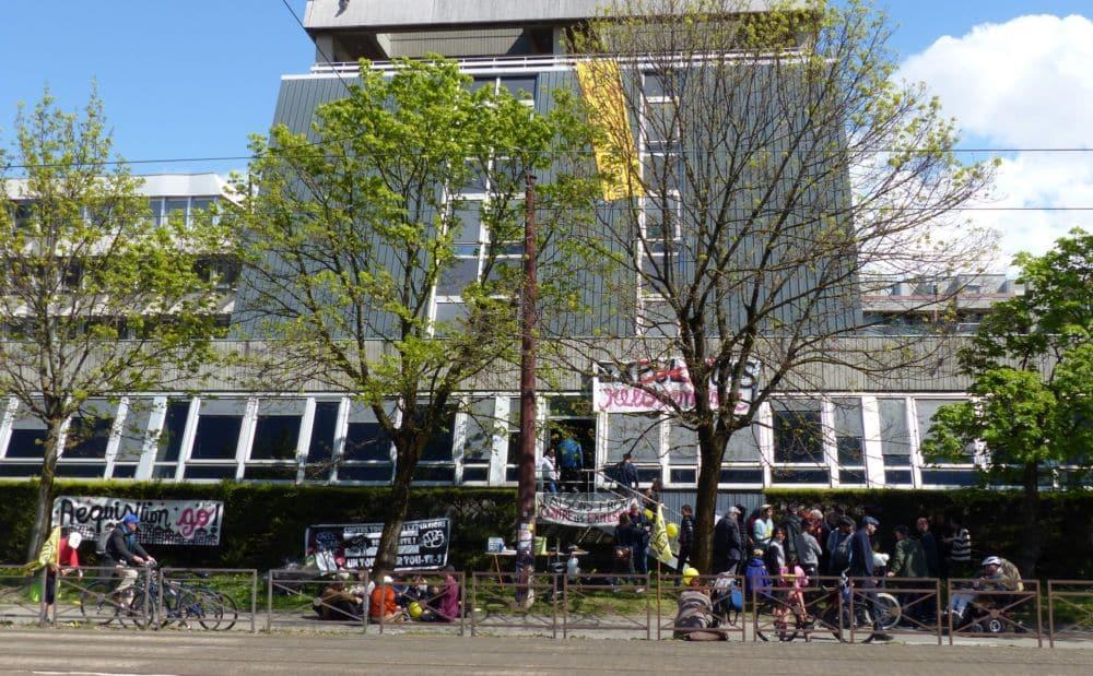 Banderoles à tous les étages pour les anciens locaux du Crédit Agricole, avenue Berthelot à Grenoble. © Florent Mathieu - Place Gre'net