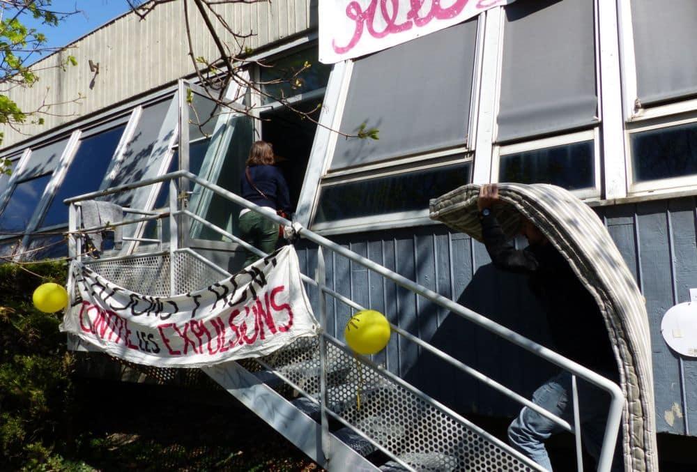 Des matelas sont disposés à l'intérieur du bâtiment. © Florent Mathieu - Place Gre'net