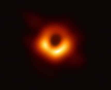 Première image de l'ombre d'un trou noir : le trou noir supermassif du centre de la galaxie M87, observé par le réseau EHT. © Collaboration EHT