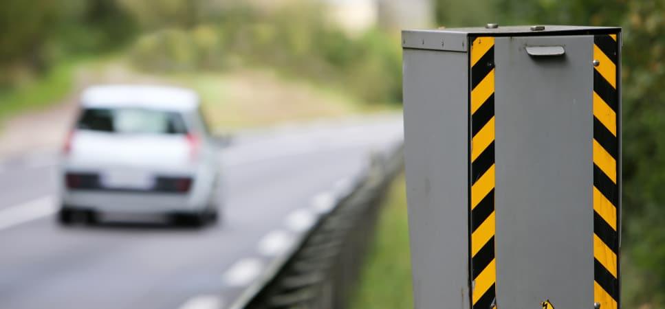 Les commentaires d'un article du Dauphiné libéré sur les radars font réagir la préfecture de l'Isère. Radar sur une route © Ministère de l'Intérieur