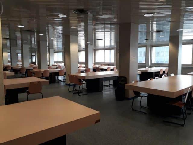 La salle mise à disposition des révisions au 5ème étage de la Bibliothèque d'étude et de patrimoine © Bibliothèque de Grenoble - Facebook