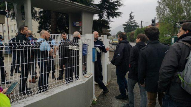 Les activistes pénètrent dans la gendarmerie pour leur garde à vue. © Joël Kermabon - Place Gre'net