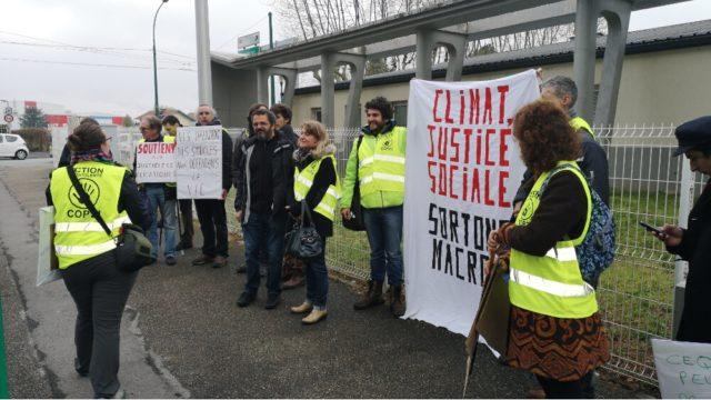 Des activistes rassemblés devant la gendarmerie d'Eybens après la convocation de dix d'entre eux suite au décrochage du portrait d'Emmanuel Macron.© Joël Kermabon - Place Gre'net
