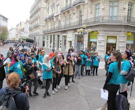 Des femmes voilées ont couru à Grenoble pour revendiquer leur droit de porter le voile en toutes circonstances : piscines, école, hôpitaux, salles de sport…