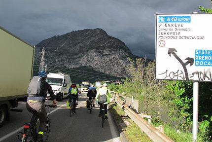 Militants de l'ADTC dénonçant la mise en danger des cyclistes sur les cheminements proposés par l'Aréa dans le cadre des travaux d'élargissement de l'A480 vendredi 26 avril 2019 © Séverine Cattiaux - Place Gre'net
