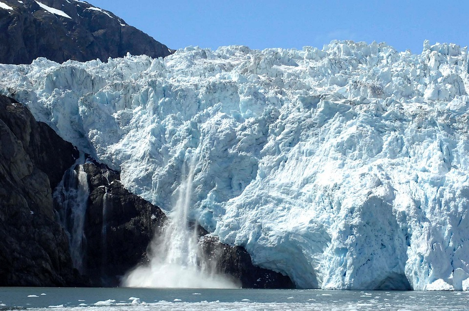 Fonte des glaces - Vêlage (perte de fragments sous forme d'icebergs) d'un glacier du Groenland. DR
