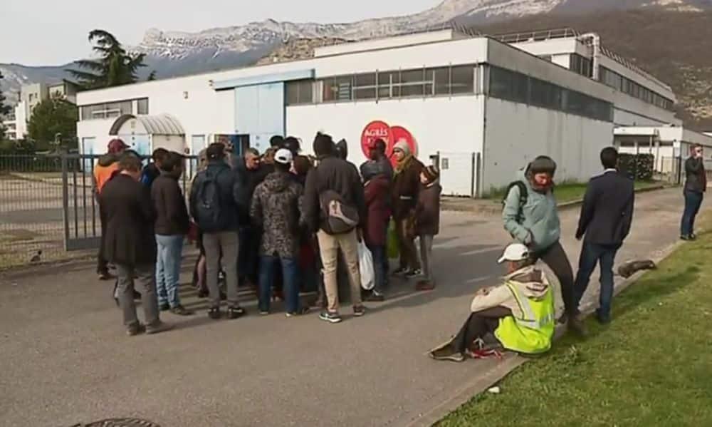 Rassemblement devant le gymnase Picasso lundi 1er avril, au moment de l'expulsion des occupants suite à la fin de la trêve hivernale. © France 3