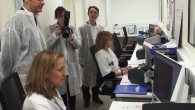 Techniciennes analysant des clichés des cultures bactériennes dans la salle de lecture. © Véronique Magnin – Place Gre'net
