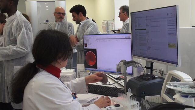 Technicienne à son poste sur la nouvelle plateforme de microbiologie. ©Véronique Magnin – Place Gre'net