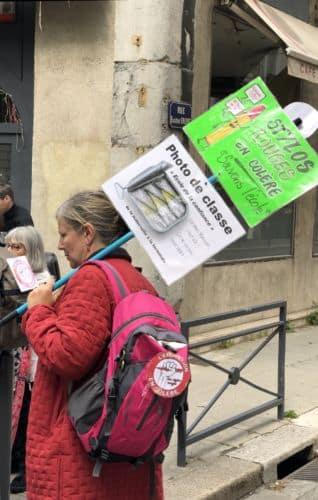 """Ils étaient près de 2000 à manifester ce 9 mai contre la réforme de la fonction publique, selon la préfecture de l'Isère, 3000 selon la CGT."""" Stylos rouges en colère. Sauvons l'école"""""""