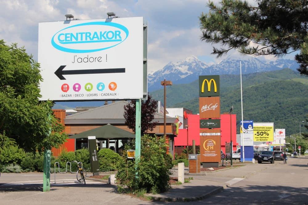 L'avenue Gabriel Péri à Saint-Martin d'Hères, exemple d'axe particulièrement fourni en affichage publicitaire. © Jules Peyron - Place Gre'net