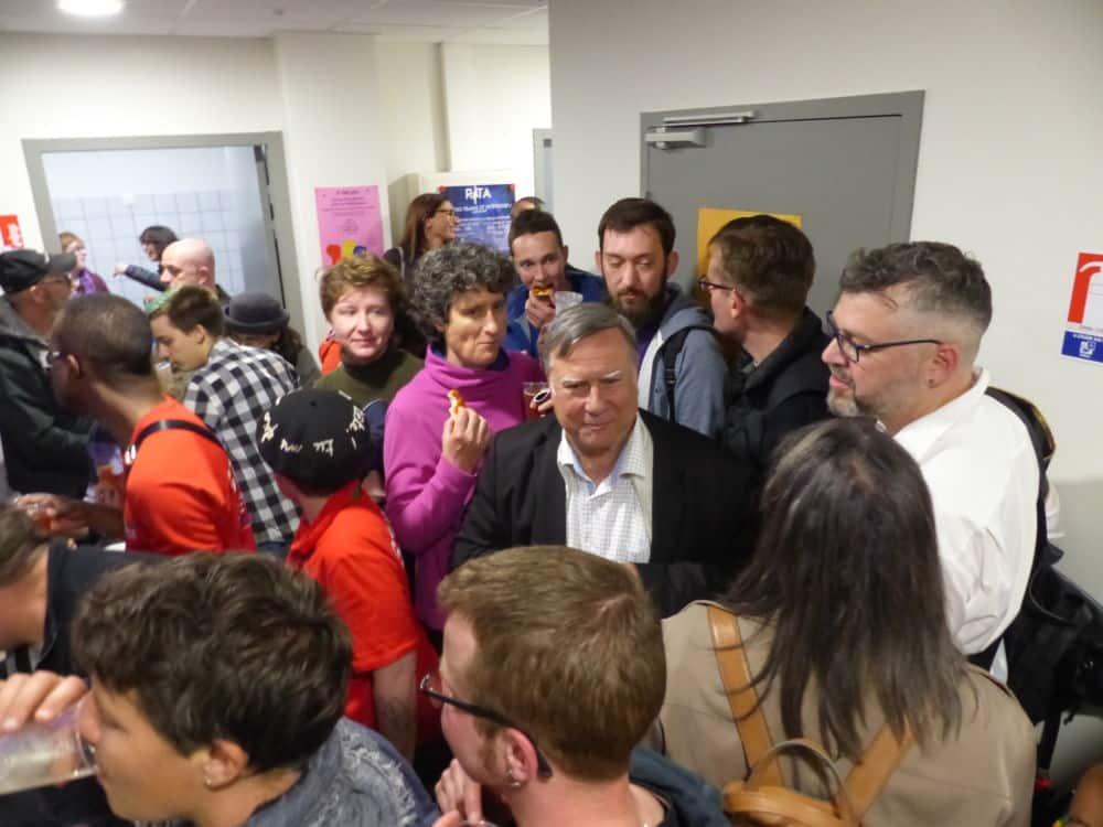 Grenoble inaugurait venredi 18 mai son nouveau Centre LGBT, un espace plus grand pour onze associations de lutte pour les droits et contre l'homophobie.Un local déjà bien rempli le soir de son inauguration © Florent Mathieu - Place Gre'net
