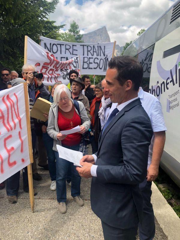 Jean-Baptiste Djebbari face aux manifestants durant son trajet sur la ligne Grenoble-Gap © Jean-Baptiste Djebbari - Twitter