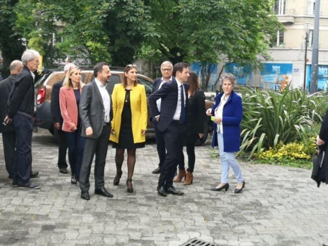 La tête de liste des Républicains, accompagné de ses collistières Sandrine Chaix ( Centristes ) et Nathalie Béranger ( LR )