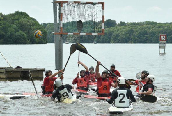Match de kayak-polo avec l'équipe d'Annecy en rouge. © DR