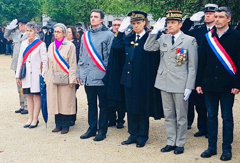 Sur son compte Twitter, Mireille d'Ornano poste une photo d'elle, ceinte de l'écharpe tricolore, au premier rang à côté du maire de Grenoble et du préfet de l'Isère, durant la cérémonie du 8 mai à Grenoble. © Mireille d'Ornano Mireille d'Ornano 8 mai © Mireille d'Ornano