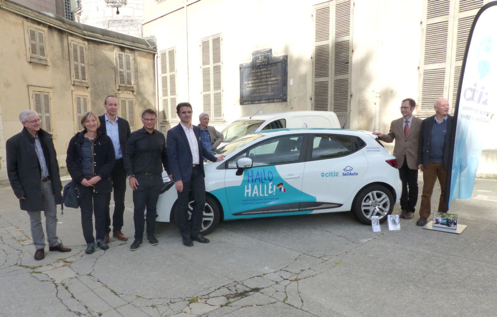 Séance de pose symbolique des élus de Grenoble et des équipes de Citiz et de Teilauto autour du véhicule © Florent Mathieu - Place Gre'net