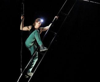 L'artiste aérienne, Mélissa Von Vépy met en scène Noir M1. © CCN2