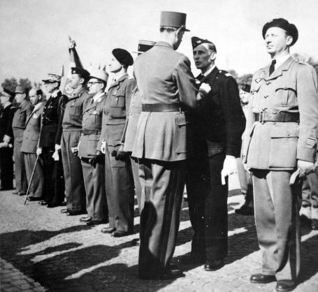 Les cinq communes Compagnons de la Libération, dont Grenoble, se réunissent mercredi 22 mai pour réaffirmer le serment qui les unit.Le Général de Gaulle remet l'ordre de la Libération en 1946. DR