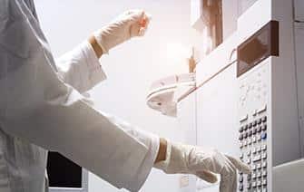 Des chercheurs du CEA-Leti ont mis au point un dispositif miniaturisé et transportable de chromatographie en phase gazeuse nommé Primosens.© Anchalee – Adobe Stock