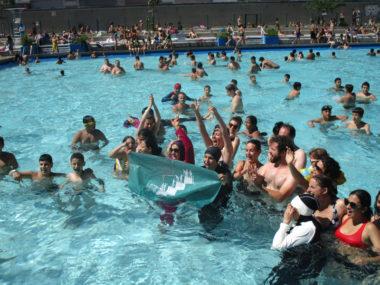 """Des femmes musulmanes soutenues par l'Alliance citoyenne ont dérogé une fois encore au réglèment en se baignant en burkini dans une piscine à GrenobleAction de """"désobéissance civile"""" organisée par l'Alliance citoyenne : des femmes musulmanes en burkini se sont baignées à la piscine Jean Bron à Grenoble, ce dimanche 23 juin 2019 © Séverine Cattiaux - Placegrenet.fr"""