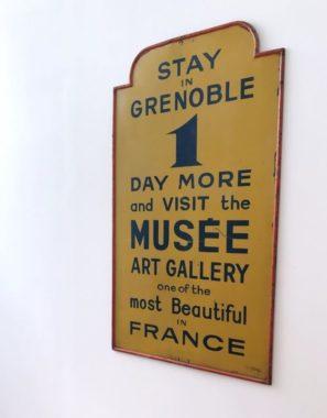 Borne publicitaire réalisée par Andry-Farcy, Musée de Grenoble, 25 juin 2019. © Nina Soudre - Placegrenet.fr