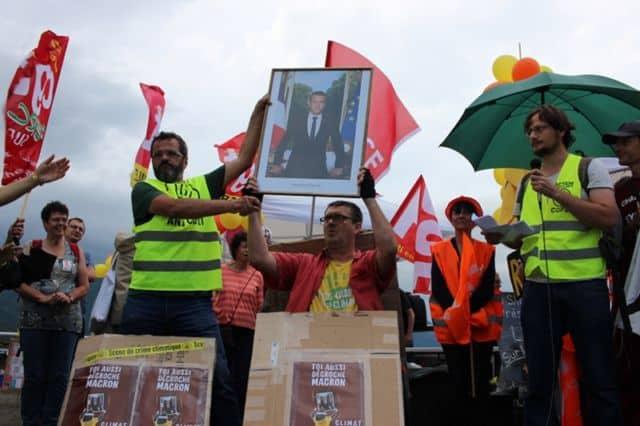 Le portrait d'Emmanuel Macron brandi durant le rassemblement au barrage de Saint-Égrève © ANV Cop21