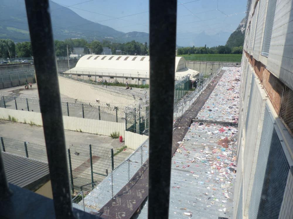 Amoncellement de déchets dans la cour de la prison de Varces © Nina Soudre - Place Gre'net