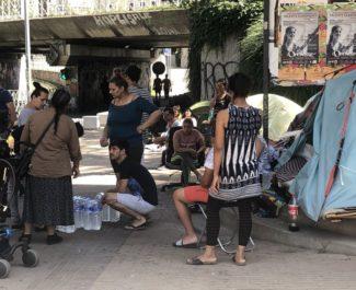 """Plusieurs dizaines de personnes se sont mobilisées à proximité de la gare ce vendredi 28 juin au matin, cours Berriat, pour """"exiger"""" une """"immédiate mise à l'abri"""""""