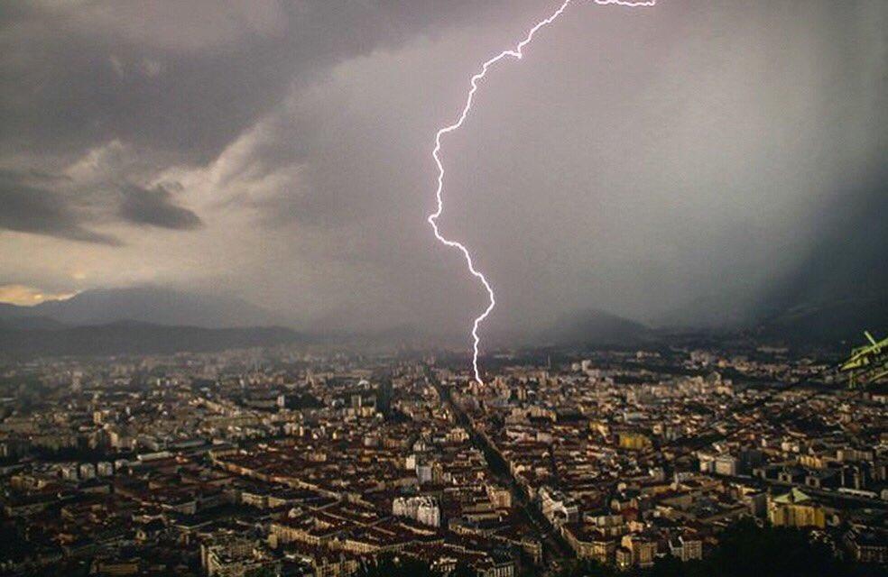 L'impressionnante photographie d'un éclair s'abattant sur Grenoble, prise par un internaute © Twitter NAH3L