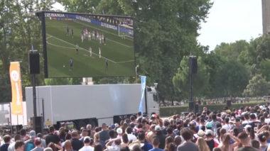 """La Métropole de Grenoble et ses partenaires ont inauguré ce dimanche 9 juin la """"Fifa fan experience"""" installée sur l'anneau de vitesse du parc Paul-Mistral.Fan zone installée sur l'anneau de vitesse lors de la finale France-Croatie en 2018. © Joël Kermabon - Place Gre'net"""