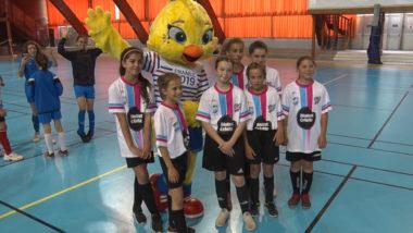 Des jeunes footballeuses posent devant la mascotte de la Couep du monde. © Joël Kermabon - Place Gre'net