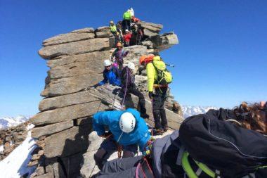 En 2017, 16 jeunes Grenoblois, à plus de 4000 mètres sur les voies italiennes du Grand Paradis dans le cadre de « Jeunes en Montagne » de la Ville de Grenoble. DR