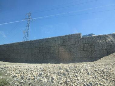 Murs en gabion anti-bruit le long de l'A480 le 17 juin 2019. © Nina Soudre - Placegrenet.fr