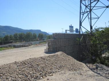 Murs en gabion anti-bruit le long de l'A480.