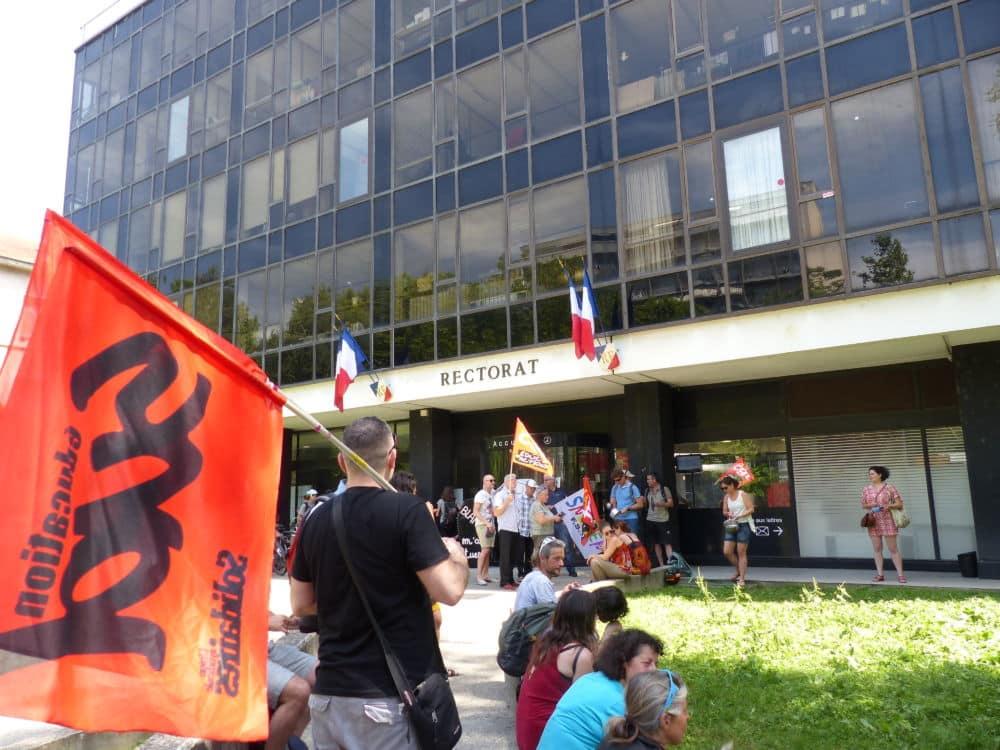 La FSU Isère appelle à un rassemblement de soutien devant le rectorat de Grenoble, suite au suicide d'une directrice d'école en Seine-Saint-Denis.Un rassemblement d'enseignants devant le rectorat de Grenoble en juin 2019. © Nina Soudre - Place Gre'net