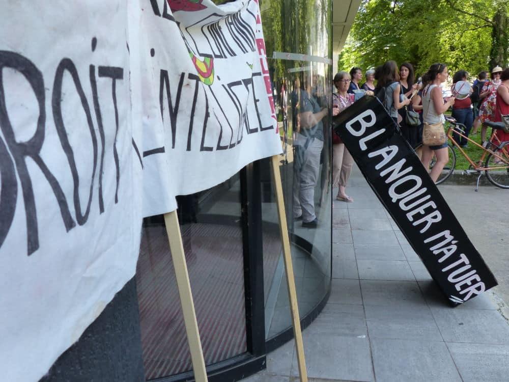 Rassemblement des enseignants en grève lundi 24 juin devant le rectorat de Grenoble. © Nina Soudre - Placegrenet.fr