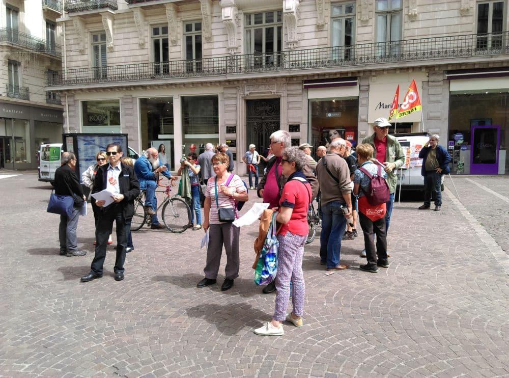 Un stand et des tracts des retraités rue Félix-Poulat à Grenoble © Florent Mathieu - Place Gre'net