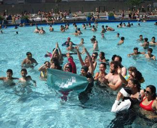 """Action de """"désobéissance civile"""" organisée par l'Alliance citoyenne : des femmes musulmanes en burkini se sont baignées à la piscine Jean Bron à Grenoble, ce dimanche 23 juin 2019 © Séverine Cattiaux - Placegrenet.fr"""