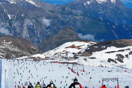 Course de VTT de descente réputée, la Mountain of hell se déroule aux Deux Alpes. Les concurrents s'élancent du glacier à 3 400 mètres d'altitude pour rallier le village de Venosc à 900 m. © Archive Amandine LRX